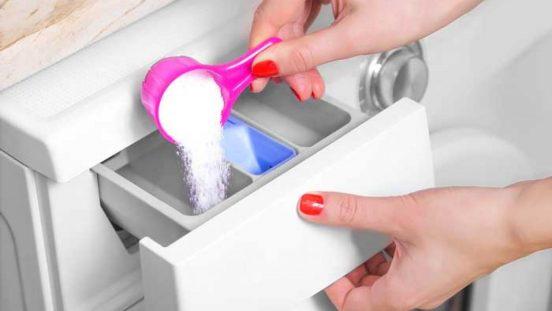 Засыпание чистящего средства в лоток стиральной машины