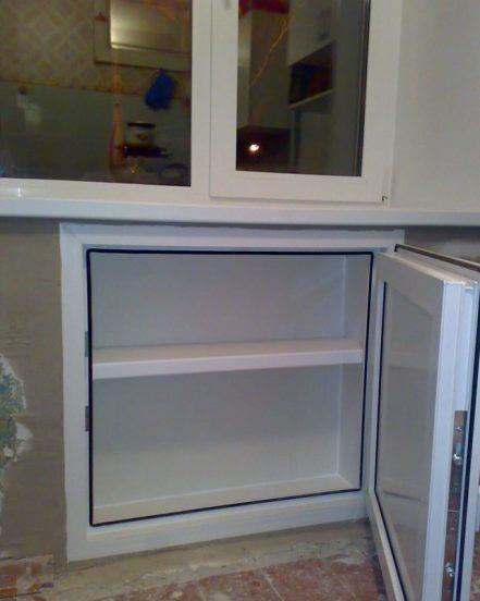 Холодильник под окном в хрущёвке из пластика