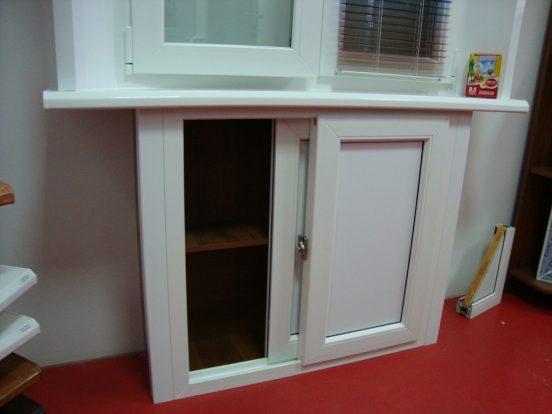 Сдвижные двери на холодильнике под окном