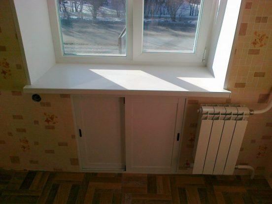 Оформление холодильника под окном в хрущёвке