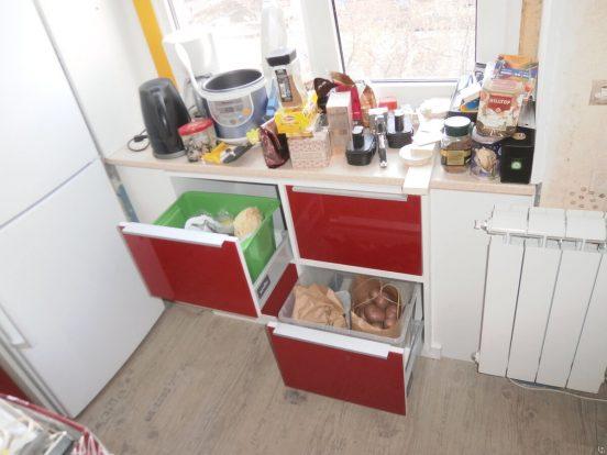 Выдвижные ящики в холодильнике под окном