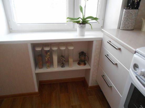 Открытые полки вместо холодильника под окном