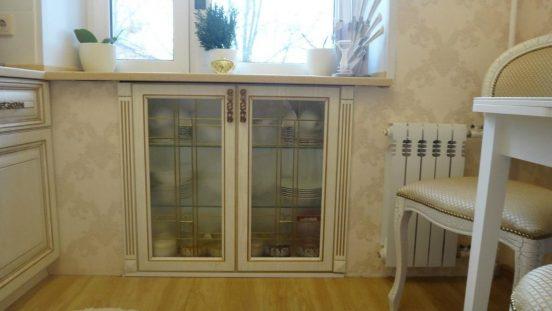 Оформление холодильника под окном в классическом стиле