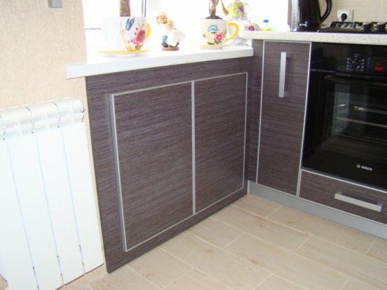 Оформление холодильника под окном в хрущёвке на фото