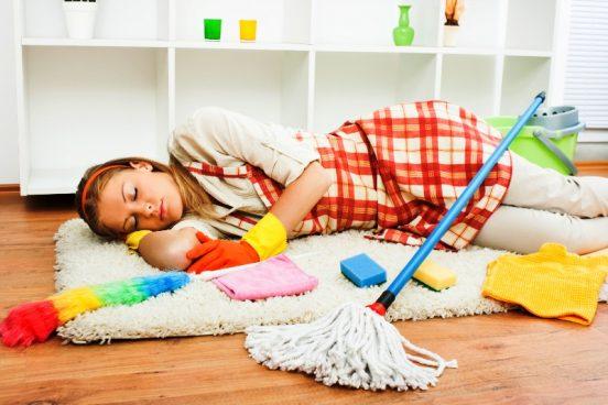 девушка во время уборки