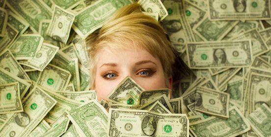 девушка в куче денег