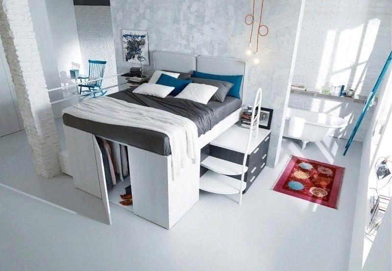 Спальня в белых тонах с кроватью на шкафу