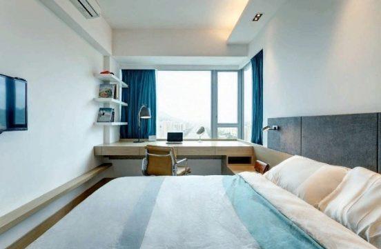 Столешница на подоконнике, окно с синими занавесками