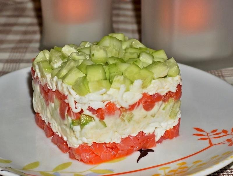 Салат с семгой и огурцом