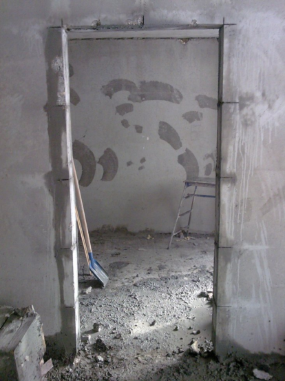 Как уменьшить проход с бетонными стенами