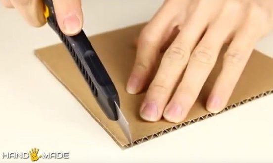 На листе картона с одной из сторон сделайте надрезы